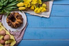 Pasen-achtergrond met pondcake Stock Afbeelding