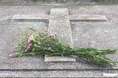 Pasen, Bloemen bij het graf. Royalty-vrije Stock Afbeeldingen