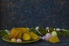 Pasen-brood op groene plaat en de geschilderde lijst van de paaseieren ionen donkere die steen met groen gras wordt verfraaid stock foto