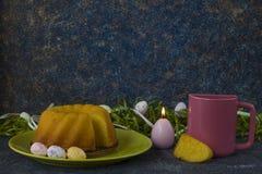 Pasen-brood op groene plaat, roze mok en geschilderde paaseieren stock fotografie