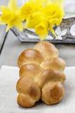 Pasen-broodje en boeket van gele narcissen Stock Afbeelding