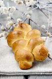 Pasen-broodje op houten lijst Royalty-vrije Stock Afbeeldingen