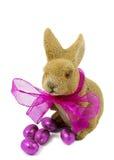 Pasen bunnie met roze boog en Paaseieren. Stock Fotografie