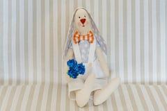 Pasen Bunny Rabbit, Handmeisje Toy Op een lichte gestreepte achtergrond stock fotografie