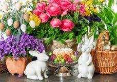 Pasen-cake, de lentebloemen, eieren en konijntje Vakantiedecoratie Royalty-vrije Stock Fotografie