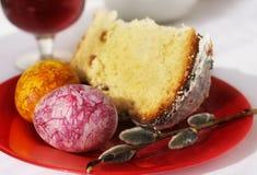 Pasen-cake en de kleurrijke bladeren van de eggswesdoorn op een zwarte achtergrond Stock Foto's