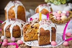 Pasen-cake en de kleurrijke eieren van het chocoladesuikergoed Stock Foto's