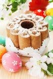 Pasen-cake en kleurrijke eieren op lijst Royalty-vrije Stock Afbeeldingen