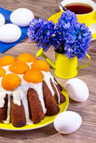 Pasen-cake met abrikozen op een gele plaat op een houten backgrou Stock Afbeeldingen