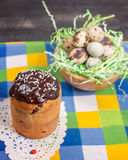Pasen-cake met chocoladesuikerglazuur en een nest met kwartels Pasen b.v. Royalty-vrije Stock Fotografie