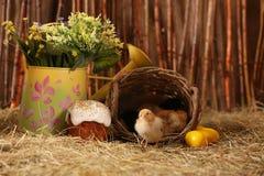 Pasen-cake met eieren en kippen Stock Foto