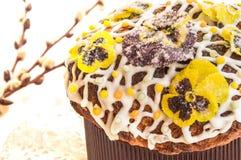 Pasen-cake met geglaceerde bloemen en wilgentakken die wordt behandeld Stock Afbeelding