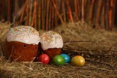 Pasen-cake met gekleurde eieren Stock Afbeelding