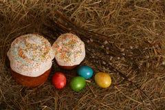 Pasen-cake met gekleurde eieren Royalty-vrije Stock Afbeelding