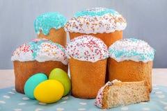 Pasen-cake met gekleurde eieren Stock Foto