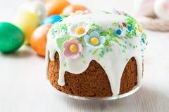 Pasen-cake met glacesuikerglazuur en decoratie stock foto's