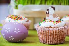 Pasen-cake met vakantiedecoratie Royalty-vrije Stock Afbeelding