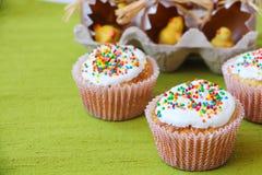Pasen-cake met vakantiedecoratie Royalty-vrije Stock Afbeeldingen