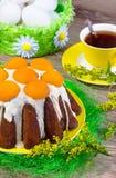 Pasen-cake met witte glans en abrikozen Stock Fotografie