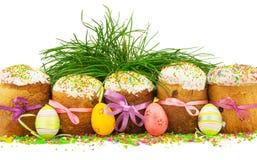 Pasen-cakes met kleurrijke linten, decoratieve eieren, gras en m Stock Afbeeldingen