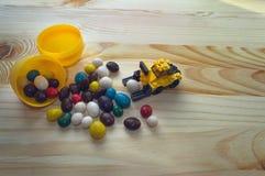 Pasen-concept met stuk speelgoed lader en scatterred suikergoed Stock Foto's
