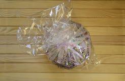 Pasen cupcake in een pakket op een houten achtergrond Stock Foto's