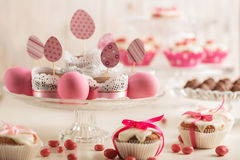Pasen cupcakes met roze suikergoed, document eieren en lint wordt verfraaid dat Stock Fotografie