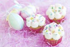 Pasen Cupcakes met Suikergoed bestrooit Stock Afbeeldingen