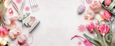 Pasen-de achtergrondbanner met paaseieren en decoratietoebehoren, tulpen bloeit en grappig konijn op witte achtergrond, bovenkant royalty-vrije stock fotografie