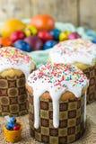 Pasen-de cakes van regelingspasen en geschilderde eieren in een rustieke stijl Royalty-vrije Stock Foto
