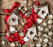 Pasen-de eieren van decoratiekwartels en rode lintboog Stock Foto