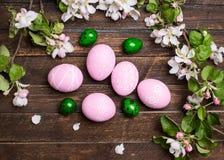 Pasen De kleurrijke paaseieren met de lente komen bloemen op roest tot bloei Stock Afbeeldingen