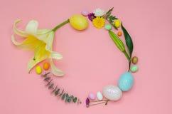 Pasen-de kroonlay-out die van kleurrijk wordt gemaakt schittert eieren en bloemen stock foto