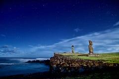 Pasen-de Standbeelden van Eilandmoai onder de Sterren Royalty-vrije Stock Foto's