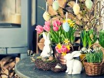 Pasen-decoratie met bloemen en eieren Tulpen en narcissen Stock Foto