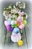 Pasen-decoratie met de lentebloemen, kleurrijk Pasen-konijntje royalty-vrije stock foto