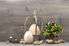 Pasen-decoratie met eieren en viooltjebloemen Stock Afbeeldingen
