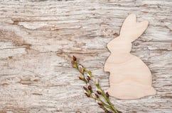 Pasen-decoratie met houten konijn en wilg royalty-vrije stock fotografie
