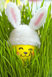 Pasen-decoratie met leuk ei in konijntjeshoed Stock Afbeeldingen