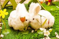 Pasen-decoratie - twee leuke konijntjes in liefde Royalty-vrije Stock Foto