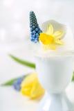 Pasen-decoratie van eieren en bloemen Stock Afbeelding