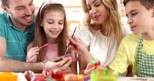 """Pasen die †""""familie kleurende eieren schilderen stock videobeelden"""