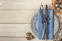 Pasen-dienend ontbijt als achtergrond op een houten lijst, kwartelsei Royalty-vrije Stock Foto