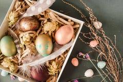 Pasen-doos met geschilderde eieren met de hand gemaakte decoratie Royalty-vrije Stock Afbeelding
