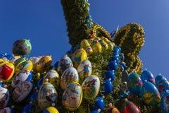 Pasen-fontein met eieren en kippenobjecten decoratie stock foto's