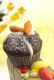 Pasen-gebakje, chocolademuffin met wortelen van marsepein, suikereieren Stock Afbeeldingen