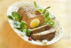 Pasen gebakken gehaktbrood met gekookte eieren Stock Foto's