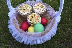 Pasen gekleurde eieren en Pasen-cakes Stock Foto
