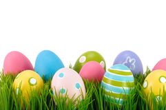 Pasen gekleurde eieren op het gras. Stock Afbeeldingen