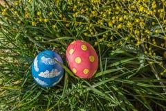 Pasen gekleurde eieren op het gras Stock Foto's